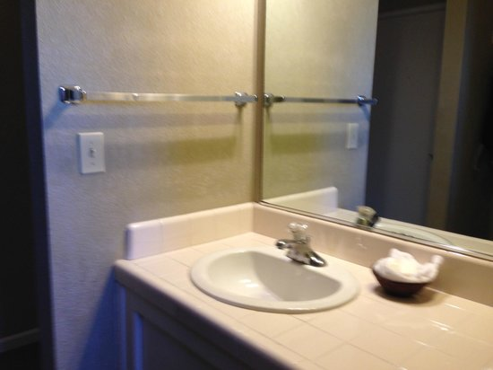Cambria Pines Lodge : Bathroom sink was cracked and rusty-
