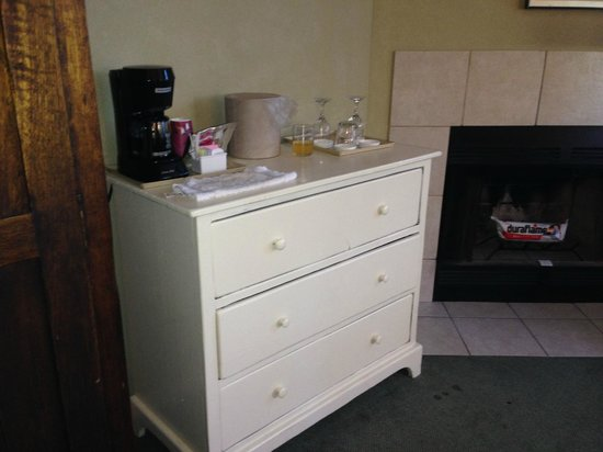 Cambria Pines Lodge : Drawers were painted shut