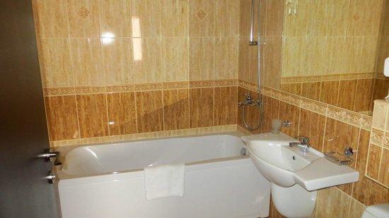 Hotel Aris: bathtub