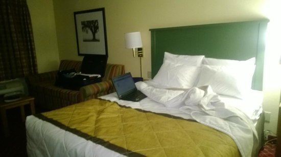 Extended Stay America - Indianapolis - West 86th St.: Bed and Couch
