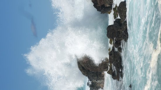 Paia, Χαβάη: Waves crashing over the lava rock