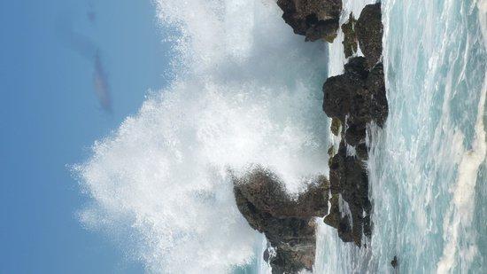Paia, Havai: Waves crashing over the lava rock