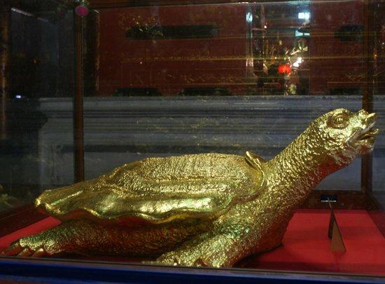 Temple de la Littérature de Hanoï : золотая черепаха