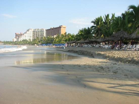 Hotel Fontan Ixtapa : Beach from far end
