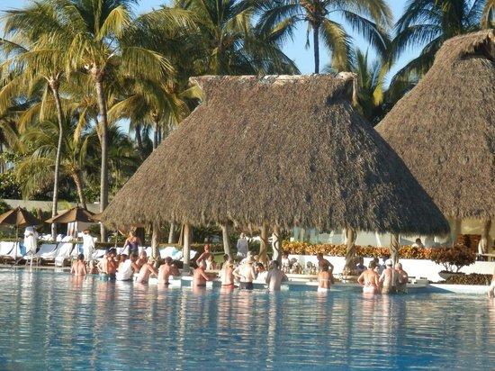 Grand Velas Riviera Nayarit : Swim up pool bar!