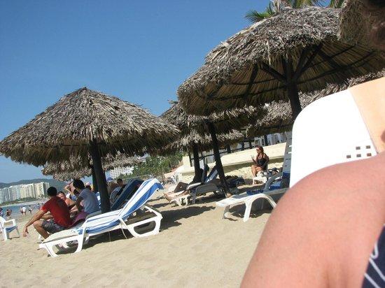 Hotel Fontan Ixtapa : Crowded palapas