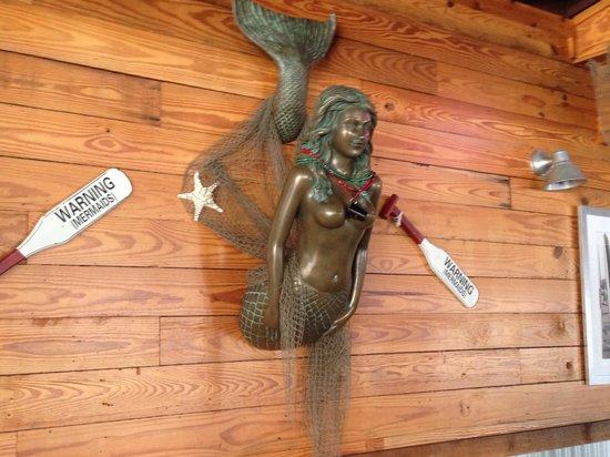 Nauti Girls Waterfront Bar & Grill: Mermaid welcome here!