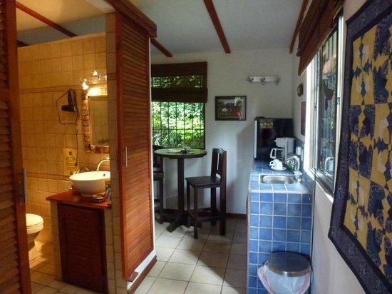Orosi Lodge: Küchenecke und Bad