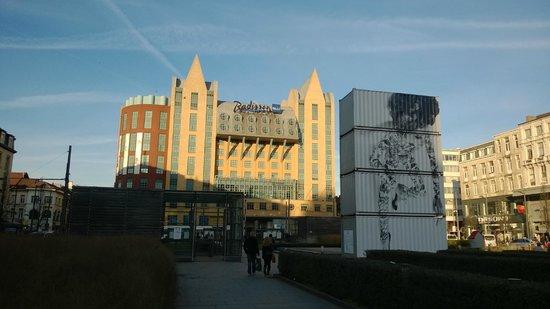 Radisson Blu Astrid Hotel, Antwerp: Zicht op hotel vanaf het plein