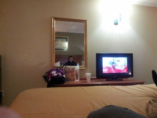 Econo Lodge Inn & Suites: Dresser, mirror and TV