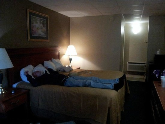 Econo Lodge Inn & Suites : Room view from entrance
