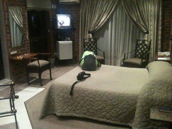 Sleepover Lodge: Luxury Suite bed, minibar and courtyard door