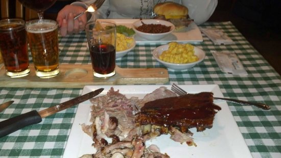 Rocco's Smokehouse Grill: Pulled pork, chicken and ribs