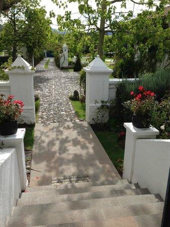 Casa de hacienda Su Merced: front walkway