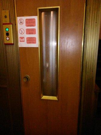 Hotel Augustea: Puerta del ascensor