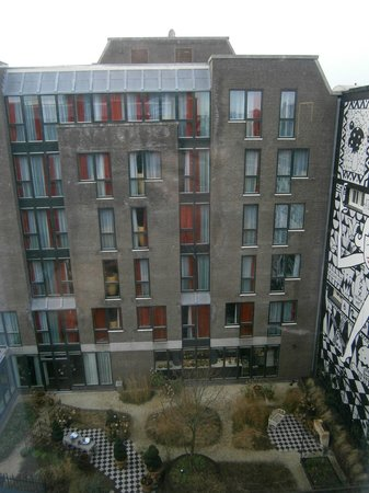 Andaz Amsterdam Prinsengracht: zicht vanop verdiep 4 op de binnentuin