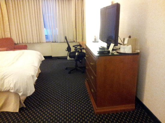 College Park Marriott Hotel & Conference Center : Rm 255 Exec King Old Building TV and Work Desk