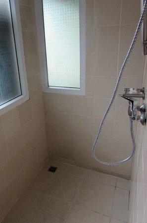 Holiday Inn Resort Phi Phi Island: La salle de bain trés ordinaire, pour un tarif de 10 000 Bth env 250 €