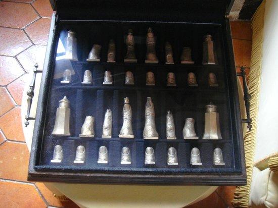 Castillo Casa Museo Gala Dalí Castell de Púbol: Шахматы в виде пальцев