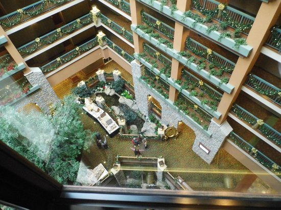 Chateau on the Lake Resort & Spa: Atrium looking Down