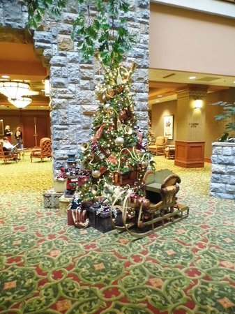 Chateau on the Lake Resort & Spa: Lobby at Christmas