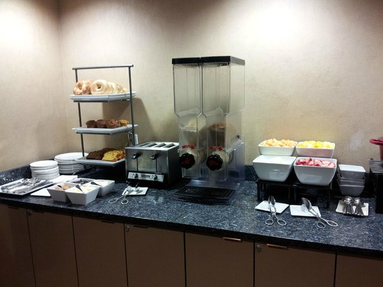 College Park Marriott Hotel & Conference Center: Club Lounge Breakfast (Old Bldg)