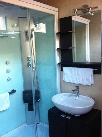 Brustar Centric : Baño muy limpio y ducha de hidromasaje