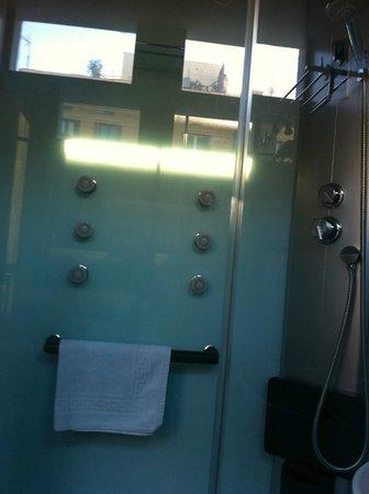 Brustar Centric: Que gozada de ducha. La presion del agua perfecta y encima funcionaban todos los estas (radio,lu