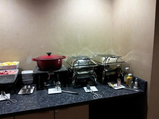 College Park Marriott Hotel & Conference Center: Club Lounge Hot Breakfast (Old Bldg)
