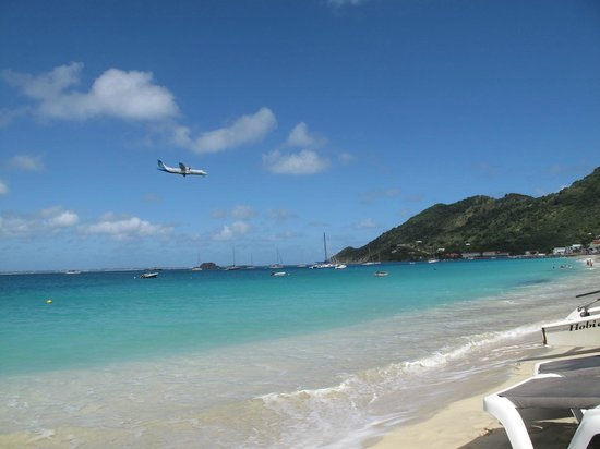 LOVE: Low flying aircrafts is an additional attraction on the beach