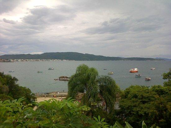 Praia De Quatro Ilhas: Vista desde un morro que va desde Sepultura a Quatro Ilhas