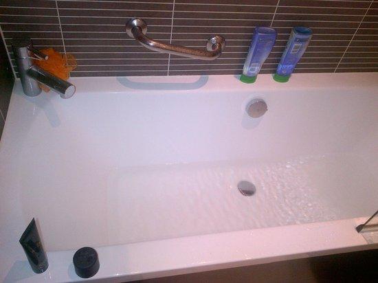 Fraser Suites Glasgow: bath