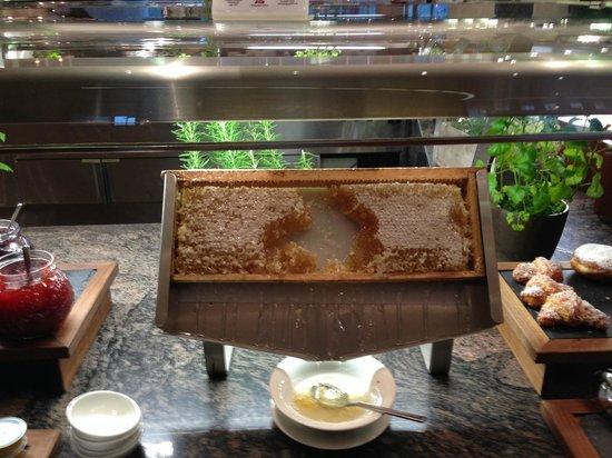Hilton Munich Airport: Breakfast @ Lindbergh - honey station
