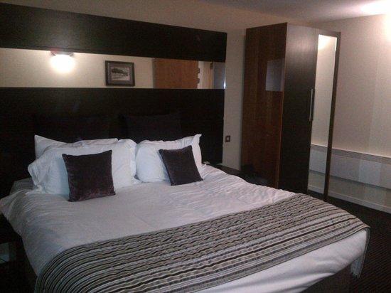 Fraser Suites Glasgow: bed