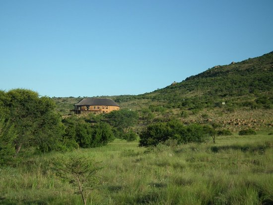 Rorke's Drift Hotel: View towards the hotel from its grounds