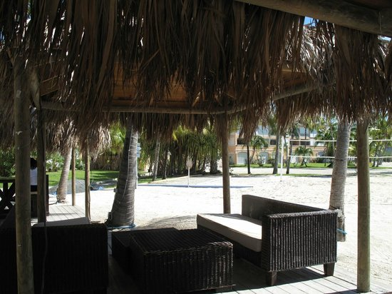 Le Flamboyant Hotel and Resort : Beach and poolside bar area