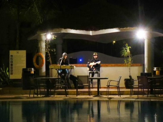 Atlas Sky Airport: live entertainment at poolside