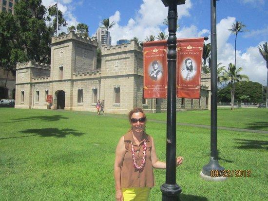 Iolani Palace: Jardín fuera del Iolani Hall