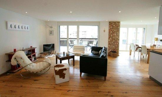 Casa Della Vita: a very large living room with open kitchen