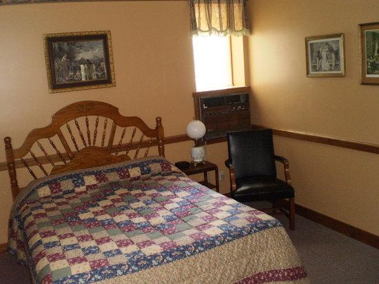 Hotel Millersburg: Room 209 - Typical 1 Queen Bed