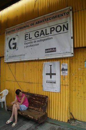 El Galpon - Centro comunal de abastecimiento: the entrance