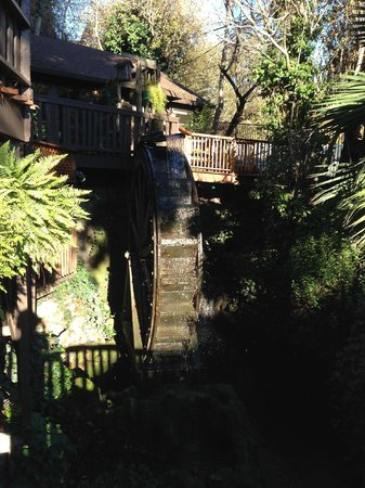 Babbling Brook Inn : The waterwheel on the steps up to reception