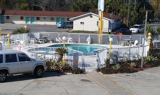 Summer Breeze Motel: Pool