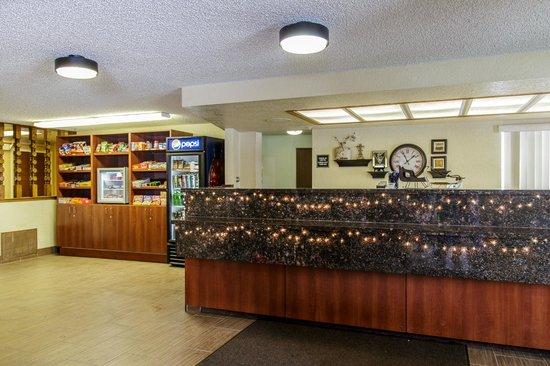 Richland Inn & Suites: Lobby area