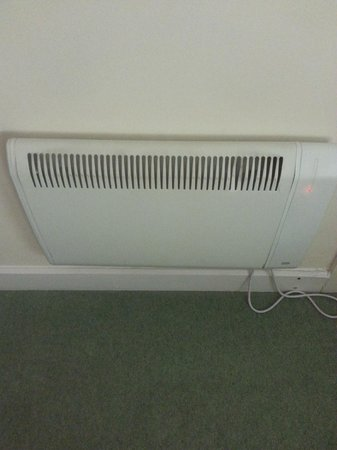 Park Inn by Radisson Cardiff City Centre : Freezing room - small electric heater