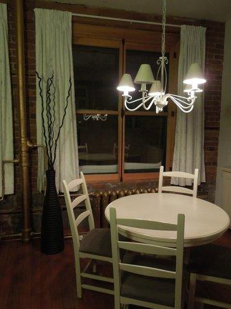 Le Saint-Pierre Auberge Distinctive : Kitchen seating