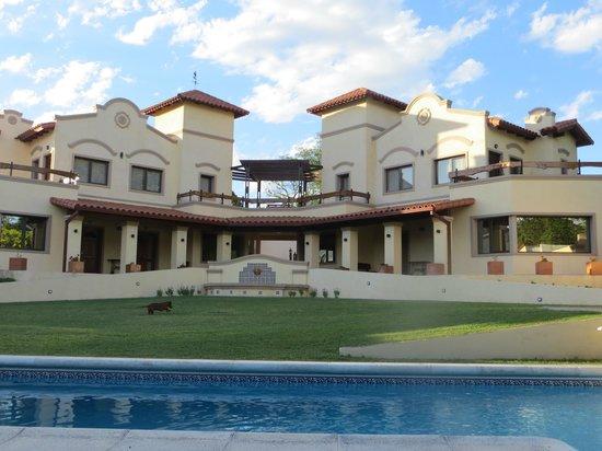 Raices Del Carolino - Suites de Alta Gracia: Vue de la Posada depuis la piscine