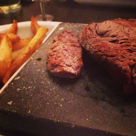 Sadlergates Black Rock Grill Steakhouse: Steak on the rock with chunky chips