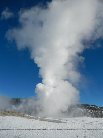 Old Faithful Snow Lodge and Cabins : Old Faithful in the extreme cold; huge!