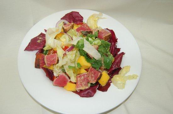 Nottinghams Tavern: Mango Ahi Salad